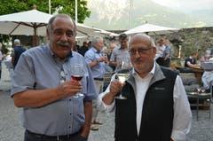 15. Juni: Hansjakob Gabathuler (links) und Hans Jakob Reich stossen an auf ihre neue Buchreihe «Werdenberger Geschichte/n». (Bild: Katharina Rutz)