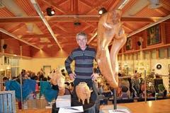 Walter Steiner mit seiner Skulptur «Team Work» an der Vernissage der Ausstellung «Wildhauser Talente». (Bild: Adi Lippuner)
