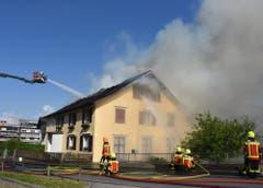 22. April: In Grabs brennt ein Mehrfamilienhaus mit drei Wohneinheiten (Bild). Neun Personen verlieren dabei ihr Dach über dem Kopf. In Wildhaus brennt am gleichen Tag ein Stück Wald. Bild: Kantonspolizei SG
