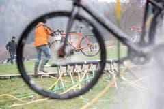 Die schmutzigen Fahrräder werden gereinigt. (Bild: Urs Flüeler/Keystone (Pfaffnau, 26. Dezember 2018)
