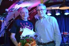 27. Januar: Jonny Gauer, Wartauer Kulturpreisträger 2017 (links), erhält von Andreas Bernold, Gemeinderat und Vorsteher des Ressorts Umwelt und Kultur, die Auszeichnung. (Bild: Adi Lippuner)