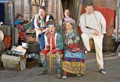 Spielfreude auf der Bühne des Alptheaters von Beppi Baggenstos (stehend, blaue Hose) im Stück Katharina Knie in der Schwendi. (Bild: Romano Cuonz (14. Juni 2018))