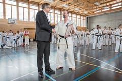 Sportsfreude: Bildungsdirektor Franz Enderli übergibt Karatetrainer Klaus Ming den Sportpreis. (Bild: André A. Niederberger (3. März 2018))