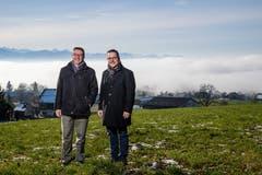 Serge Karrer, ehemaliger Gemeindepräsident Hitzkirch (links) und David Affentranger, aktueller Gemeindepräsident von Hitzkirch über dem Nebelmeer in Müswangen. (Bild: Philipp Schmidli (18. Dezember 2018))