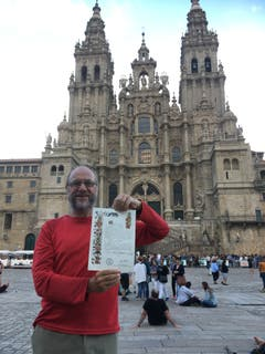 Das Ziel der Anstrengung nach 2280 Kilometern: Die Pilgerurkunde vor der Kathedrale in Santiago de Compostela. (Bild PD)