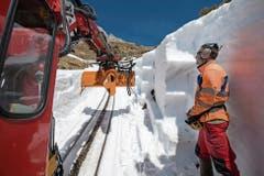 Frühlingsfreude: Schneeräumung auf dem Trassee der Pilatusbahn. (Bild: Boris Bürgisser (25. April 2018))