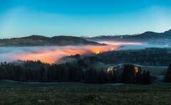 Der Nebel zieht Richtung Ägeri hinauf. (Bild: Daniel Hegglin (Zugerberg, 26. Dezember 2018))