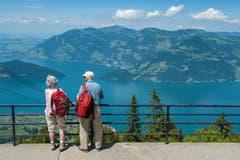 Zwei ältere Menschen geniessen die Aussicht von der Klewenalp auf den Vierwaldstättersee. (Bild: Boris Bürgisser, 28. Juni 2016)