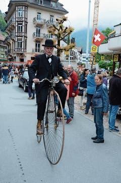 Fahrfreude: Bruno Bachmann aus Kriens am Oldtimer in Obwalden in Engelberg auf einem Hochrad. (Bild: Martin Uebelhart (20. Mai 2018))