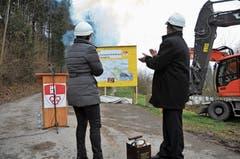 Baufreude: Die Regierungsräte Maya Büchi und Josef Hess beklatschen den Hochwasserstollen-Spatenstich. (Bild: P. Unterschütz (19. Februar 2018))