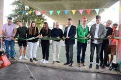 22. September: Der neue Jugendpark Buchs auf dem SBB-Areal wird eröffnet. Jugendliche, Vertreter der Stadt Buchs und Projektleiterin Tamara Cucuz (4. von links) durchschneiden das Band. (Bild: Hansruedi Rohrer)