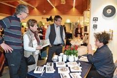 Walter Steiner (v.l.) mit Liliane und Matthias Rohrbach am Stand der Scherenschnittkünstlerin Marianne Schönenberger. (Bild: Adi Lippuner)