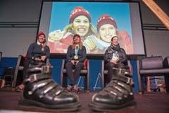 Medaillenfreude: Denise Feierabend (von links), Michelle Gisin und Lena Häcki werden in Engelberg für ihre Olympia-Goldmedaillen und -Diplome geehrt. (Bild: Dominik Wunderli (27. Februar 2018))