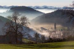 Der Nebel schleicht ins Tal der Demut. (Bild: Hans-Dieter Zimmermann)