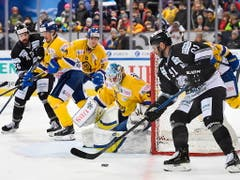 Der Davoser Keeper Gilles Senn (Bildmitte) zeigte beim 3:2-Sieg am Spengler Cup gegen die Nürnberg Ice Tigers eine starke Leistung (Bild: KEYSTONE/EPA KEYSTONE/GIAN EHRENZELLER)