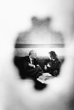 Bundesrat Willi Ritschard und die spätere Bundesrätin Elisabeth Kopp fotografiert durch ein Türfenster. (Bild: Keystone (Bern, 1. Oktober 1981))
