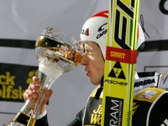 Erster Siegerkuss: 2008 gewinnt Simon Ammann erstmals in Oberstdorf (Bild: KEYSTONE/PETER KLAUNZER)