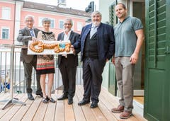 Beide sind stolz auf das neue Schwesternhaus in Baar, das im Juni 2017 eingeweiht wurde. Hier mit den Gemeinderatskollegen Sylvia Binzegger und Jost Arnold (Zweiter von rechts) sowie Architekt Oliver Guntli. (Bild: Patrick Hürlimann)