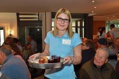 Andrea Egle arbeitet sonst in der Marketingabteilung. Die Kundinnen und Kunden an der Siedwurst-Party zu bewirten sieht sie als eine schöne Form des Services an. (Bild: Bilder: Monika von der Linden)
