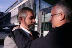 Legendär ist der 8. Oktober 2006, als Hotz (FDP) mit vier Stimmen Vorsprung auf Langenegger (CVP) neuer Gemeindepräsident von Baar wurde. Das Foto ist als «bürgerlicher Bruderkuss» in die Geschichte eingegangen. (Bild: Werner Schelbert)