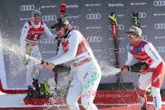 Beat Feuz (links) duscht Sieger Dominik Paris mit Champagner. Bild: Andrea Solero / EPA