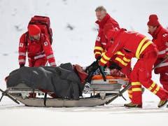 Abtransport ins Spital: Simon Ammann erlitt 2015 eine schwere Hirnerschütterung und Prellungen im Gesicht (Bild: KEYSTONE/EPA DPA/DANIEL KARMANN)