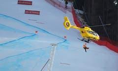 Der Slowene Klemen Kosi muss mit dem Helikopter abtransportiert werden. (Bild: Marco Trovati / AP)