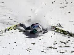 Der schlimme Sturz 2015 in Bischofshofen: Simon Ammann knallt in den Schnee (Bild: KEYSTONE/EPA DPA/DANIEL KARMANN)