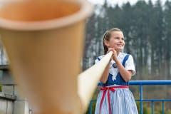 Die 7-jährige Malina Grimm aus Affeltrangen spielt Alphorn. (Bild: Donato Caspari)