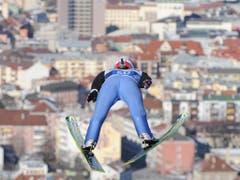 Hoch über Innsbruck: Simon Ammann 2011 auf dem Bergisel (Bild: KEYSTONE/EPA/BARBARA GINDL)