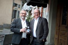 Paul Langenegger (links) und Andreas Hotz, hier anlässlich der Verabschiedung beim Stadtrat in Zug, sind von Anfang 2003 bis Ende 2018 zusammen im Gemeinderat gewesen. (Bild: Maria Schmid (21. Dezember 2018))