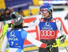 Holdener gratuliert Shiffrin nach dem 2. Durchgang des Slaloms zum Sieg. (Bild: KEYSTONE/APA/ROLAND SCHLAGER)