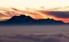 Abendrot über dem Nebelmeer. (Bild: Daniel Hegglin (Zugerberg, 28. Dezember 2018))