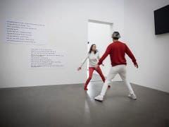 Mensch oder Maschine? Morger & Widmer setzen sich in ihrer Performance «Digital Natives» mit der Digitalisierung auseinander. (Bild: Hanspeter Schiess)
