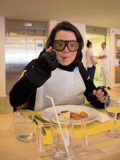 Franziska Scheuber testet den Alterssimulationsanzug im Seniorenzentrum Zwyden in Hergiswil. (Bild: Bilder: Nicole Hartmann/PD (Hergiswil, 17. Dezember 2018))