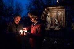 Der Lichterweg in Gisikon: Gemeindepräsident Alois Muri (links) und der Pfarreileiter Lukas Briellmann. (Bild: Corinne Glanzmann; 30. November 2018)