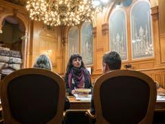 Géraldine Savary (SP/VD) (Mitte) im Gespräch mit Anne Seydoux-Christe (CVP/JU) (links) und Raphaël Comte (FDP/NE). (Bild: KEYSTONE/ALESSANDRO DELLA VALLE)