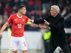 Das Schweizer Nationalteam (rechts Nationalcoach Vladimir Petkovic, links Captain Granit Xhaka) trifft im Halbfinal der Nations League wie in der letzten WM-Qualifikation auf Europameister Portugal (Bild: KEYSTONE/ENNIO LEANZA)