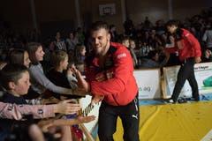Die Willisauer Ringer bedanken sich bei den Fans nach dem Finaleinzug gegen Einsiedeln. Bild: Boris Bürgisser (Willisau, 1. Dezember 2018)