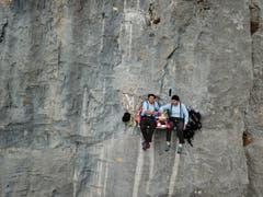 Bruno Leuzinger und Beat Walker geniessen ihr Fondue in einer Felswand am Fusse des Kaiserstocks beim Klausenpass. (Bild: Bruno Leuzinger)
