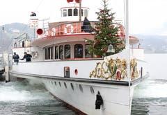 Schön geschmückte Weihnachtsbäume stehen in diesen Tagen nicht nur in den Stuben, sondern auch auf dem Raddampfer «Uri». (Bild: Bruno Schuler; Luzern, 30. Dezember 2018)