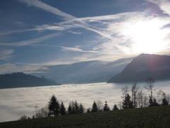 Blick vom Michaelskreuz auf das Nebelmeer. Bild: Maria-Amadea Schonegg