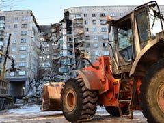 Bei einer Gasexplosion in einem Plattenbau aus der Sowjetzeit sind am Silvestermorgen in Russland mindestens vier Menschen getötet worden. Bergungshelfer befürchteten, dass zahlreiche Bewohner unter den Trümmern des eingestürzten Gebäudes in der Industriestadt Magnitogorsk verschüttet sein könnten. (Bild: Keystone/EPA EMERGENCY SITUATIONS MIN. P./RUSSIAN EMERGENCY SITU)