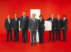 2006, Bild 1 (von links): Hans-Rudolf Merz, Samuel Schmid, Pascal Couchepin, Bundespräsident Moritz Leuenberger, Micheline Calmy-Rey, Joseph Deiss, Christoph Blocher, Bundeskanzlerin Annemarie Huber-Hotz.
