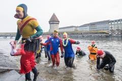 Und jetzt schnell ins Trockene: Am Silvester-Schwimmen in der Reuss. (Bild: KEYSTONE/Urs Flüeler; Luzern, 31. Dezember 2018)