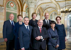2013 (von links): Johann Schneider-Ammann, Eveline Widmer-Schlumpf, Simonetta Sommaruga, Didier Burkhalter, Doris Leuthard, Bundespräsident Ueli Maurer, Alain Berset, Bundeskanzlerin Corina Casanova.