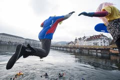 Man darf sich auch verkleiden: Am Silvester-Schwimmen in der Reuss. (Bild: KEYSTONE/Urs Flüeler; Luzern, 31. Dezember 2018)
