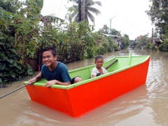 Aufgrund von Überschwemmungen kann man sich im Osten der Philippinen nur noch mit Booten fortbewegen. (Bild: KEYSTONE/EPA/ROMEDOR GLORIANE)