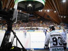 In den Fokus spielte sich auch Leo Pföderl von den Ice Tigers Nürnberg. Pföderl verbuchte die meisten Skorerpunkte und spielte sich ebenfalls als Stürmer ins All-Star-Team (Bild: KEYSTONE/SPENGLER CUP/GIAN EHRENZELLER)