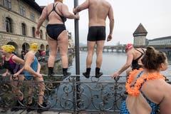 Sie haben es noch vor sich: Am Silvester-Schwimmen in der Reuss. (Bild: KEYSTONE/Urs Flüeler; Luzern, 31. Dezember 2018)